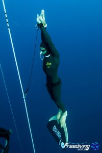 Stephane Tourreau remonte de 96m CWT photo : Freediving World
