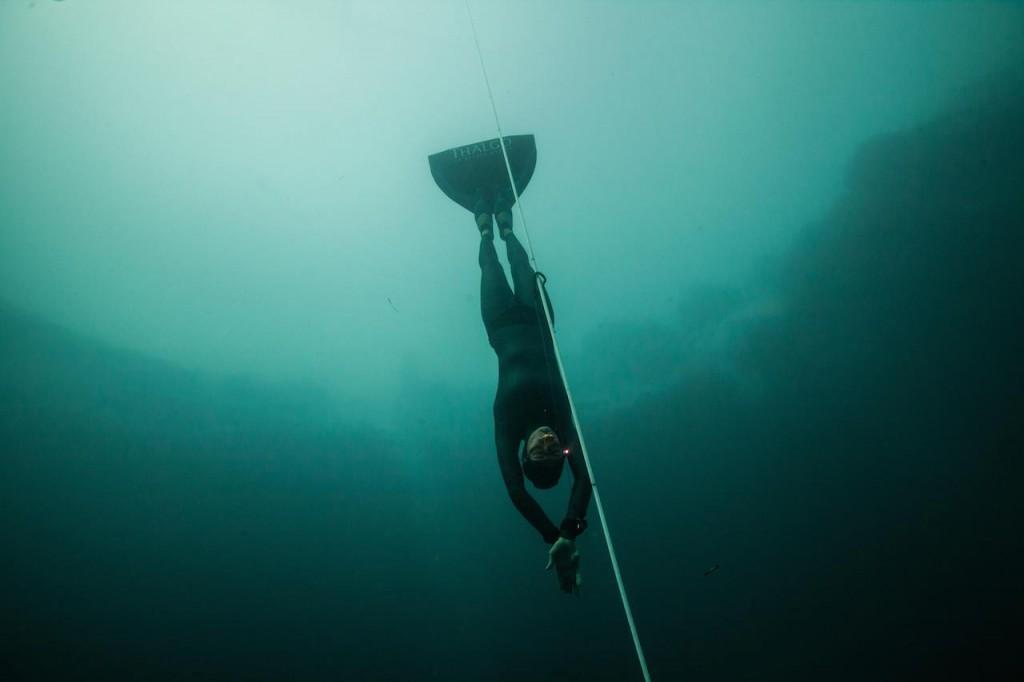 Aurore Asso descend dans le fameux Dean's Blue Hole pour aller son tag à -82m. Nouveau record de France pour la Niçoise. photo : Daan Verhoeven