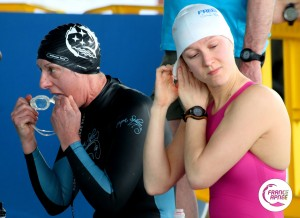 L'une prépare ses lunettes et l'autre ajuste son bonnet avant leur performance en DNF. La veille pour le dynamique palme, Georgette Raymond et Ilaria Bonin ont offert deux superbes performances parfaitement maîtrisées. La Française a nagé 180m et l' Italienne 197m photo : France Apnée