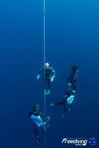 Morgan remonte de 90m à la seule force des bras et des jambes ! photo : Freediving World