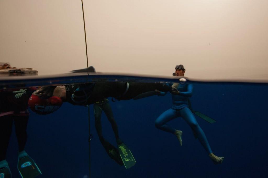 Guillaume Néry au plus près de Morgan peu avant sa plongée à -90m
