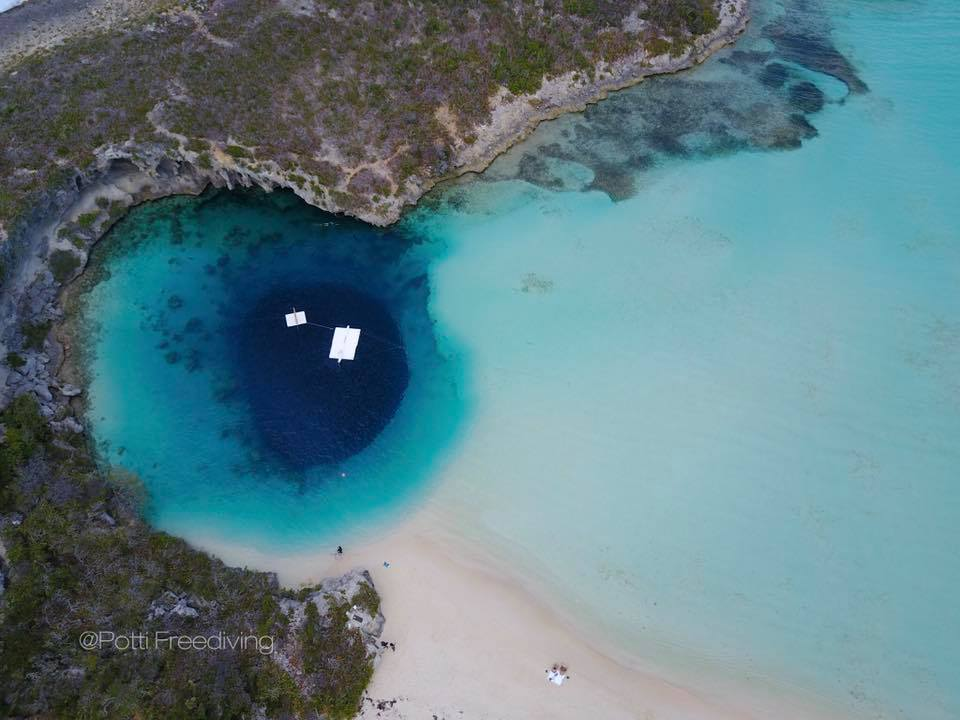 Le Dean's Blue hole ou le Y202 des Bahamas (photo : Potti Lau)