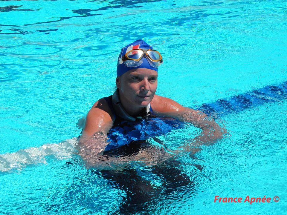 Sophie accrochée à une ligne d'eau d'une piscine