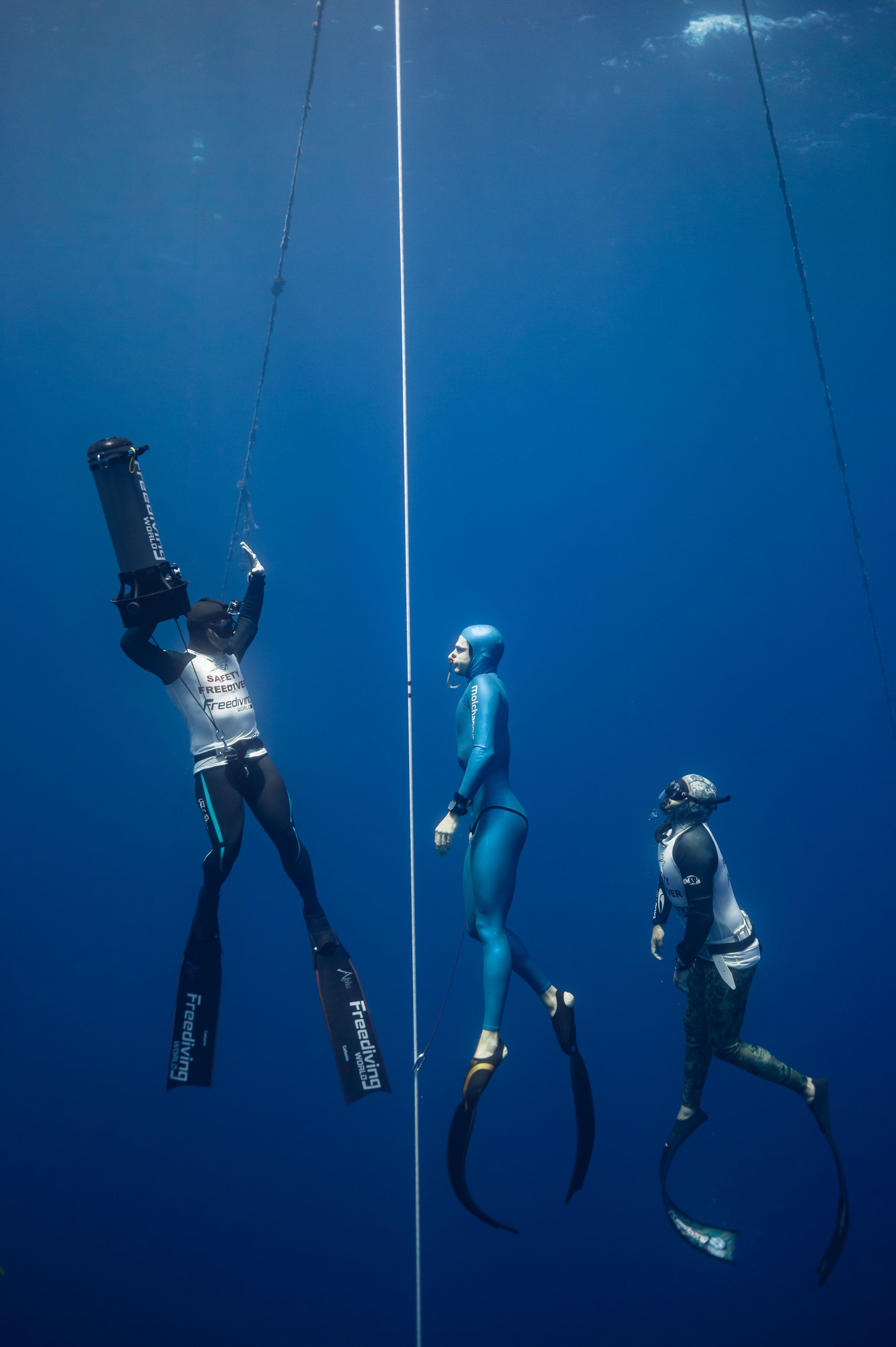 retour vers la surface après une longue plongée... (photo : Dasha Muzykantova)