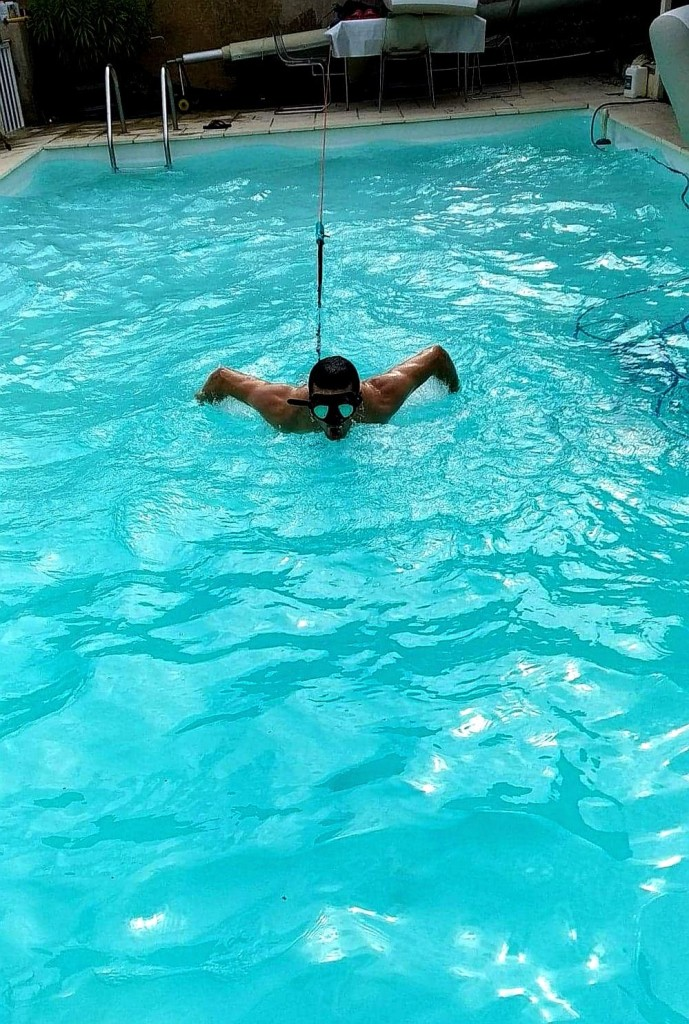 entraînement dans la piscine familiale (photo : Charlotte Benoît)